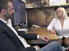 Mature therapist makes bloke horny and blows his horseshit